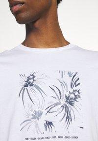 TOM TAILOR DENIM - PRINT - Print T-shirt - white - 6