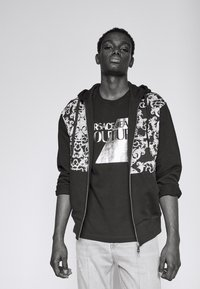 Versace Jeans Couture - SLIM BIG FOIL - Triko spotiskem - black - 3