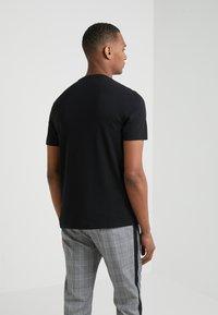 Michael Kors - SLEEK CREW NECK  - T-shirts - black - 2
