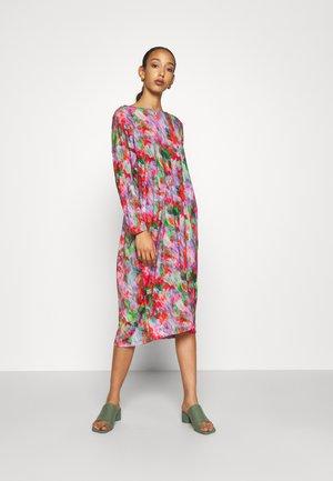PIE DRESS - Žerzejové šaty - cherry sprinkles