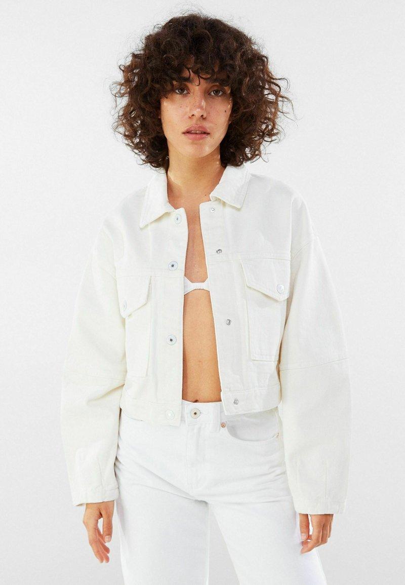 Bershka - MIT PUFFÄRMELN  - Denim jacket - white