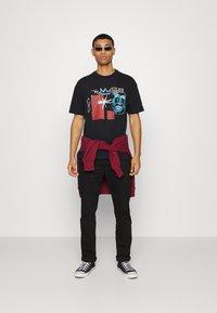 Converse - BASQUIAT ELEVATED TEE UNISEX - Camiseta estampada - black - 1