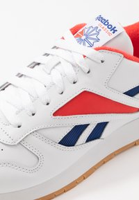 Reebok Classic - CL MARK - Sneakers laag - white/radiant red/collegiate navy - 5