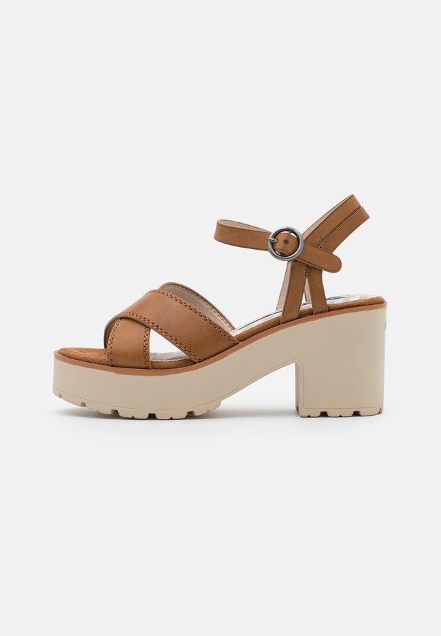 EMELINE - Sandály na platformě - marron