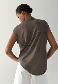Massimo Dutti - MIT GERIPPTEM STEHKRAGEN - Basic T-shirt - light grey - 1