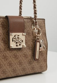 Guess - LOGO CITY SML SOCIETY SATCHEL - Handtas - brown - 6