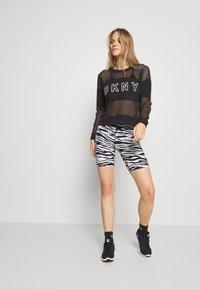 DKNY - ZEBRA PRINT HIGH WAIST BIKE SHORT INSEAM - Leggings - white - 1