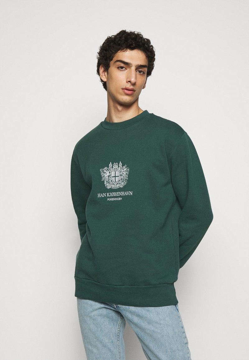Han Kjøbenhavn - ARTWORK CREW - Sweatshirt - faded green with han