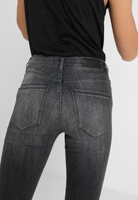 Vero Moda - VMSOPHIA  - Jeans Skinny Fit - dark grey denim - 6