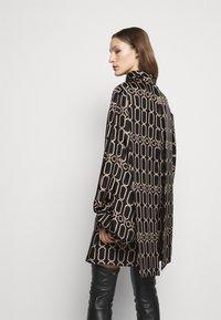 Victoria Beckham - BISHOP SLEEVE DETAIL MINI - Koktejlové šaty/ šaty na párty - dark navy/gold - 2