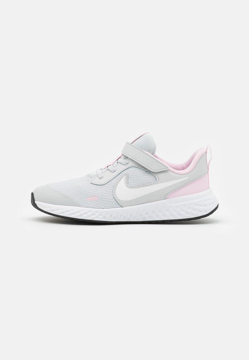 Nike Performance - REVOLUTION 5 UNISEX - Neutrální běžecké boty - photon dust/white/pink foam
