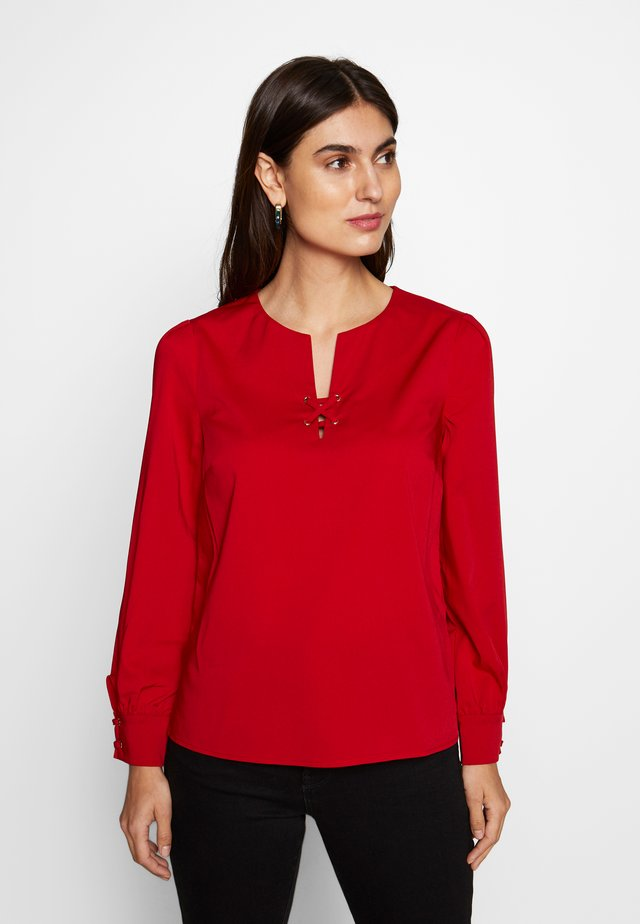 CREW NECK BASIC BLOUSE WITH EYELETS DETAILS IN COLLAR - Pusero - red