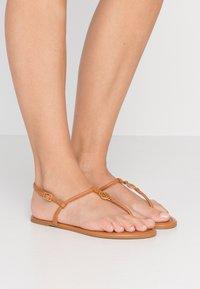 Tory Burch - EMMY  - Sandály s odděleným palcem - ambra - 0