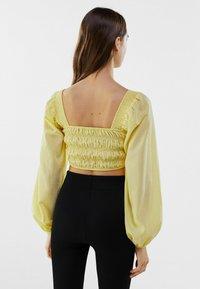 Bershka - MIT KASTENAUSSCHNITT UND RAFFUNG - Long sleeved top - yellow - 2