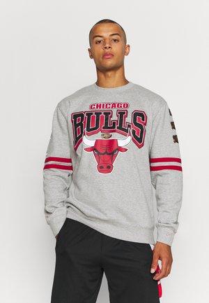 NBA CHICAGO BULLS ALL OVER PRINT CREW - Klubbkläder - grey heather