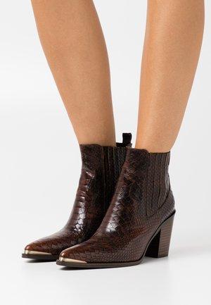 AGUEDA BOA - Ankle boots - choco
