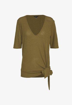 V NECK WITH SIDE KNOT - Camiseta estampada - dark khaki