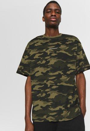 OVERSIZED - T-shirts med print - camo