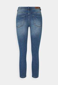 Vero Moda Petite - VMTANYA PIPING - Jeans Skinny Fit - medium blue denim - 6