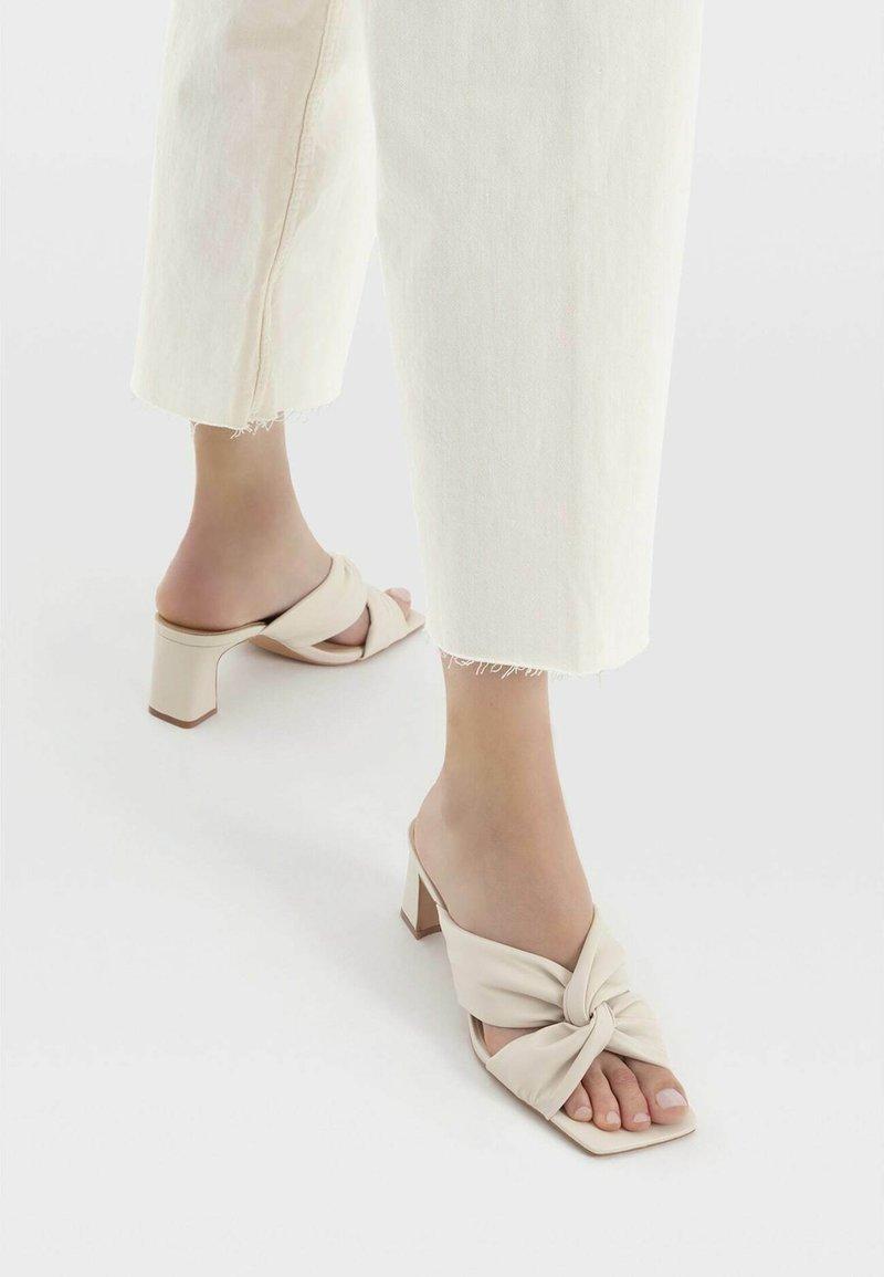 Stradivarius - Sandály na vysokém podpatku - off-white