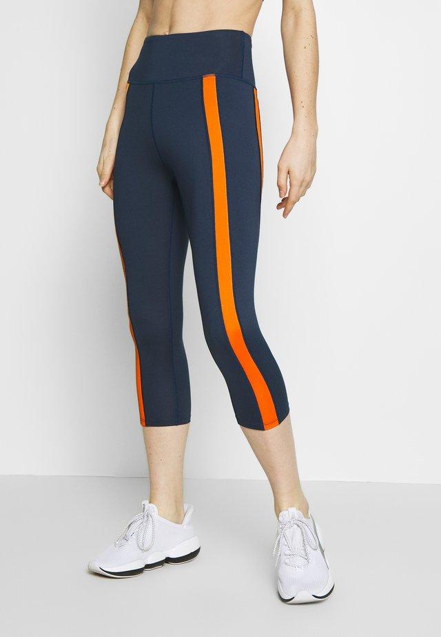 CONTRAST PANEL CYCLING SHORTS - Pantalon 3/4 de sport - navy/orange