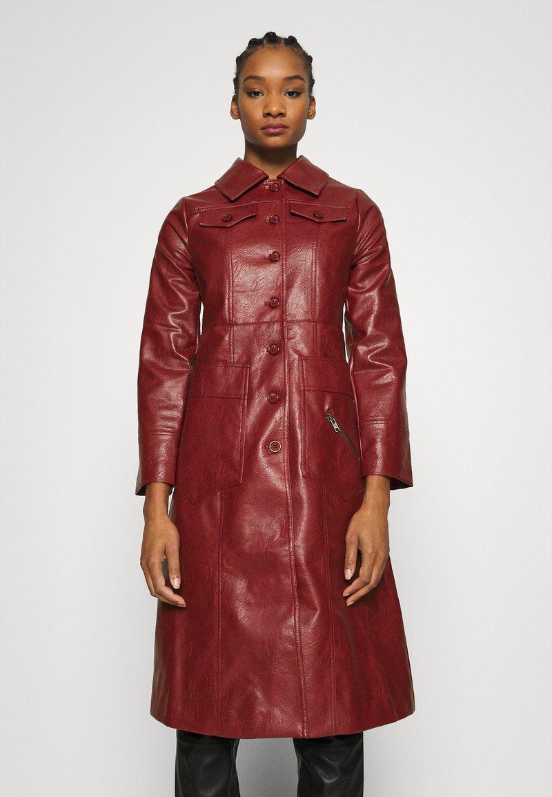 Who What Wear - BUTTON FRONT 70S COAT - Zimní kabát - garnet