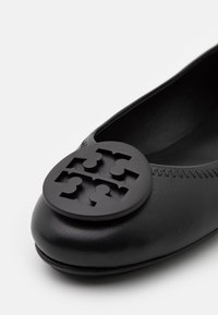 Tory Burch - MINNIE POWDER COATED LOGO - Ballet pumps - perfect black - 6