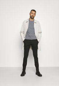 Calvin Klein Jeans - RELAXED BADGE TEE UNISEX - Print T-shirt - shining armor - 1