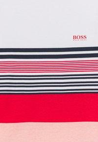 BOSS Kidswear - SHORT SLEEVES - Triko spotiskem - white/red - 2