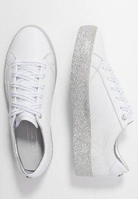 Tommy Hilfiger - GLITTER FOXING DRESS SNEAKER - Sneakers - white/silver - 3