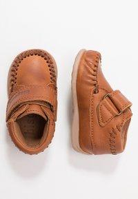 Bisgaard - MOCCASIN PREWALKER - Baby shoes - cognac - 0