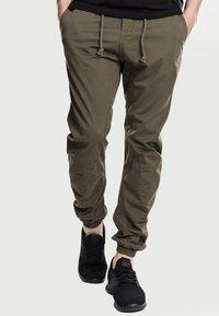 Urban Classics - JOGGING - Cargo trousers - olive - 0