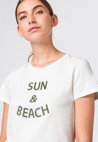 HALLHUBER - MIT STICKEREI - Print T-shirt - salie - 2