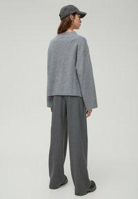 PULL&BEAR - Stickad tröja - dark grey - 2