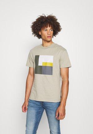 JPRBLAVISUAL TEE CREW NECK - Print T-shirt - silver sage