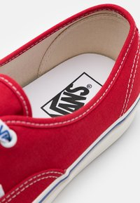 Vans - ANAHEIM AUTHENTIC 44 DX UNISEX - Trainers - red/offwhite/blue - 5