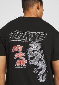 Nominal - TOKYO TEE - Printtipaita - black - 4