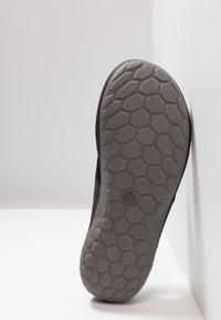 Clarks - STEP BEAT DUNE - T-bar sandals - black - 4