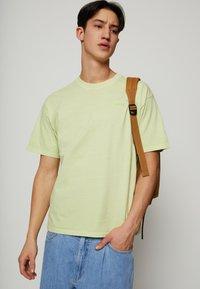 Levi's® - VINTAGE TEE - T-shirt - bas - greens - 0