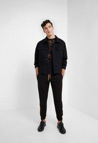 McQ Alexander McQueen - DROPPED SHOULDER TEE - T-shirt imprimé - darkest black - 1
