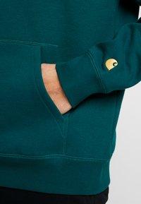 Carhartt WIP - HOODED CHASE  - Hoodie - dark fir/gold - 5