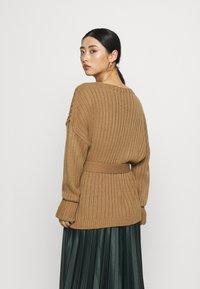 Glamorous Petite - BELTED CARDIGAN - Kardigan - light brown - 2