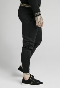 SIKSILK - ELEMENT MUSCLE FIT CUFF JOGGERS - Tracksuit bottoms - black/gold - 4
