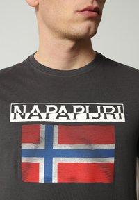 Napapijri - S-SURF FLAG - Print T-shirt - dark grey solid - 3