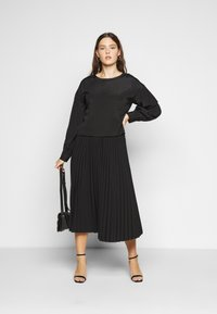 Glamorous Curve - OPEN BACK BLOUSE WITH PUFF SLEEVES - Blouse - black - 1