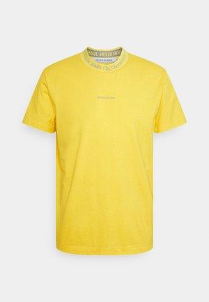 LOGO TEE UNISEX - Print T-shirt - yellow