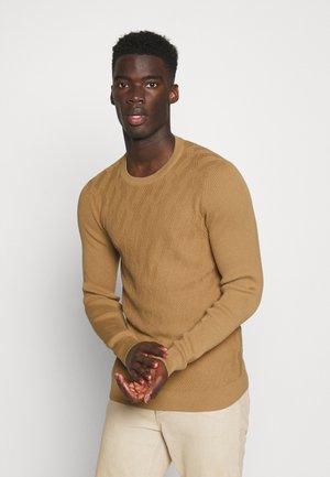 Stickad tröja - camel