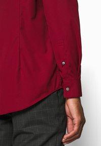 Calvin Klein Tailored - CONTRAST FLOWER PRINT SLIM - Koszula biznesowa - red - 6