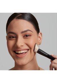 Nyx Professional Makeup - TOTAL CONTROL PRO DROP FOUNDATION - Foundation - buff - 3