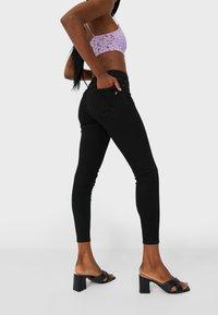 Stradivarius - MIT TIEFEM BUND  - Jeans Skinny Fit - black denim - 2